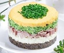 Składniki na 4 porcje: * 400 g pieczarek * 400 g szynki gotowanej * 8 jajek * 1 duża cebula * 1 pęczek szczypiorku * 1 brokuł * majonez * sól i pieprz do smaku * 1 płaska łyżka ...