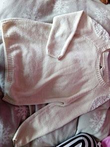 Śliczny, nowiutki sweterek. Rozmiar: S/M. (widok z przodu)