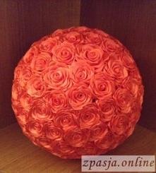 Kula wykonana z tasiemkowych róż kanzashi