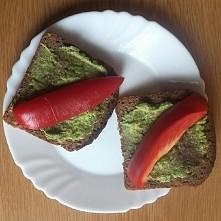 Dzisiejsze śniadanko: chleb żytni z doprawionym awokado i papryką. Napiszcie mi proszę w komentarzach kto was motywuje, możecie podać również instagrama waszych inspiracji.  Mił...