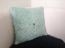 Poduszka z miętowej włóczki z kwadratowych elementów