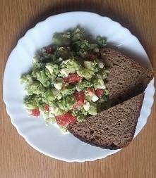 """Ostatnio zagościła i mnie """"sałatka"""" z: brokuła, jajka na twardo i papryki, do tego chlebek żytni.  Jeszcze półtora tygodnia do porównania moich wymiarów- jestem podeks..."""