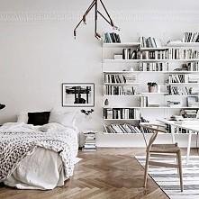 i znów biało. Podoba mi się rozmieszczenie półek na ścianie.