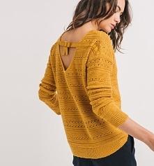 Musztardowy sweter marki Promod ożywi każdą stylizację. Klasyczny model swetra został wzbogacony o oryginalne elementy, takie jak ażurowy i połyskujący motyw oraz dekolt na plec...