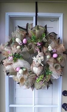 Wielkanocny wieniec na drzwi