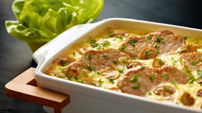 Schab zapiekany pod beszamelem z pieczarkami  schab: 6 plastrów pieczarki, pokrojone w talarki: 150 g mleko: 250 ml mąka pszenna typu 450: 20 g masło (82% tłuszczu): 20 g ser Emmentaler, starty na drobnych oczkach : 80 g ser Gran Padano : 2 łyżki oliwa z oliwek do smażenia : 1 łyżka musztarda Dijon: 1 łyżka ocet biały winny: 2 łyżki oliwa z oliwek: 4 łyżki sałata masłowa: 1 szt. sól: szczypta pieprz: szczypta  Dla 4 osób  Czas przygotowania: około 20 minut Czas pieczenia: 2-5 minut (do momentu, aż się zarumieni)  *Przygotuj: naczynie żaroodporne, trzepaczkę, słoik. *Rozgrzej piekarnik do 160 stopni C ¬(termoobieg lub funkcja grilla)  Sos beszamel: Do garnka wlewamy 250 ml mleka. Gotujemy, uważając, żeby nam się nie przypaliło. W kolejnym garnku roztapiamy 20 g masła, które powinno się rozpuścić równomiernie na dnie garnka. Do garnka z rozpuszczonym masłem dodajemy 20 g mąki, cały czas mieszamy. Podsmażamy zasmażkę (mąka nie może być surowa). Bierzemy trzepaczkę. Ciepłe mleko dolewamy do garnka z zasmażką. Mieszamy bardzo energicznie, aż sos się zagęści. Doprawiamy solą i pieprzem. Dodajemy starty na drobnych oczkach ser Emmentaler, mieszamy. Zestawiamy garnek z ognia.  Schab: 6 plastrów schabu myjemy i osuszamy. Plastry schabu kładziemy na desce do krojenia. Odkrawamy białe błonki. Przygotowane mięso odstawiamy na bok. 150 g pieczarek kroimy w talarki. Na patelni rozgrzewamy 1 łyżkę oliwy z oliwek. Plastry schabu doprawiamy pieprzem i solą z obu stron, a następnie kładziemy na rozgrzaną patelnię. Mięso smażymy z obu stron – gdy jest już podsmażone, przekładamy je do naczynia żaroodpornego. Na tę samą patelnię wrzucamy pieczarki, solimy, smażymy. Do sosu beszamel dodajemy sok z mięsa, który zebrał się w naczyniu żaroodpornym. Do sosu dodajemy pieczarki prosto z patelni. Sos beszamel rozsmarowujemy na plastrach schabu. Posypujemy 2 łyżkami startego sera Grana Padano. Wkładamy schab do piekarnika rozgrzanego do 160 stopni C (termoobieg lub funkcja grilla) i pieczemy do