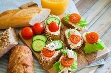 Śniadanko :) (Chociaż osobiście nie polecam łączenia ogórka z pomidorem)