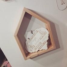 Półka domek z drewna sosnowego, malowana lakierami bezpiecznymi dla dziecka.
