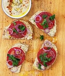 opiekana kanapka z hummusem i świeżym pomidorem