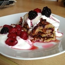 Pyszne bananowo-owsiane pancakes z malinami i jeżynami. Całość polana jogurtem naturalnym oraz syropem klonowym :)