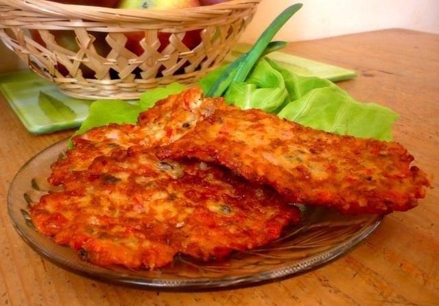 skŁadniki:  150g pieczarek 150g wędliny 150g sera żółtego pomidor pół papryki czerwonej 4 jajka 12 łyżek mąki mleko vegeta bazylia oregano tymianek pieprz  mini pizze - przygotowanie:  pieczarki, wędlinę, pomidora i paprykę pokroić w kostkę. ser zetrzeć na tarce o grubych oczkach. jajka z przyprawami zmiksować, dodać mąkę i tyle mleka, aby ciasto miało konsystencję śmietany. dodać pozostałe składniki, wymieszać. smażyć na rozgrzanym oleju, formując placuszki z jednej łyżki masy. podawać na ciepło z ketchupem lub sosem czosnkowym.