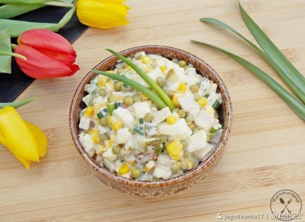 Wielkanocna sałatka. Składniki: 5 jajek 1 mała puszka kukurydzy 1 mała puszka z groszku 100 g dobrej, wiejskiej szynki 5 średnich ogórków konserwowych 1 pęczek szczypiorku 1,5 łyżki chrzanu * 3 łyżki majonezu pieprz czarny sól Przygotowanie: Jajka zalewamy zimną wodą i doprowadzamy do wrzenia. Kiedy jajka się zagotują, wyłączamy gaz i pozostawiamy jajka we wrzątku na 10 minut. Po tym czasie jajka przelewamy zimną wodą i odstawiamy do wystudzenia. Jest to świetny sposób na gotowanie jajek na twardo. Jajka gotowane w ten sposób, nie mają wokół żółtka tej brzydkiej, szarej otoczki. Wystudzone jajka kroimy w większą kostkę. W taką samą kostkę kroimy szynkę i ogórki konserwowe. Dodajemy kukurydzę i groszek odsączony z nadmiaru wody. Szczypiorek drobno siekamy i dodajemy do sałatki. W kubeczku mieszamy majonez, chrzan, pieprz i sól. Dodajemy do sałatki i delikatnie łączymy z sałatką.