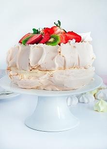 Tort bezowy z kremem budyniowym i owocami
