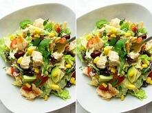Składniki sałatki: 4 liście sałaty rzymskiej drobno pokrojonej, 1 szklanka kawałków grillowanego kurczaka, 4 łyżki kukurydzy z puszki bądź świeżej, ½ cebuli pokrojonej w drobną ...