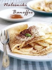 Naleśniki Banoffee Składniki: ciasto naleśnikowe: 1 szklanka mleka 1 szklanka wody 1 jajko 1 łyżka oleju szczypta soli ok. 1 i 3/4 szklanki mąki Nadzienie: 250 g twarogu na sern...