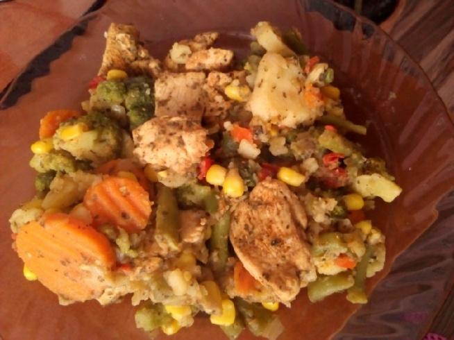 Mój dzisiejszy obiad <3 (100 g piersi z kurczaka przyprawiona gyrosem, ziołami prowansalskimi i bazylią, pieczone bez dodatku tłuszczu. Do tego oczywiście ok. 200 g warzyw na patelnię również bez dodatku tłuszczu)  Da radę? Da! :*