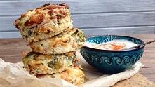 Mini frittatki z brokułami i parmezanem  ą bezglutenowe i mają ok.50 kcal na sztukę.  Na jedną formę muffinkową, 12 porcji, potrzebujesz:      3 jajka,     pół brokuła lub cukin...
