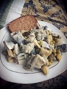 Na śniadanie świąteczna sałatka śledziowa, uwielbiam! Dla rodzinki z majoneze...