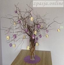 Drzewko z wełnianymi jajeczkami wielkanocnymi.