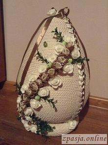 jajko wielkanocne 40cm ze sznurka, róże z pianki i z tasiemek, po bokach wark...