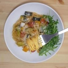 Składniki:   150 g spaghetti  120 g papryki  1 cukinia  1 czerwona cebula  120 g brokuła  100 g pomidorów cherry  50 g rucoli  350 ml wody  3 łyżki octu winnego  szczypta soli  ...