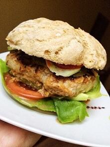 domowy Burger - domowa bułka żytnia, kotlet (mięso mielone,cebula,musztarda,sól,pieprz) sałata,ogórki,pomidor,majonez i ketchup.
