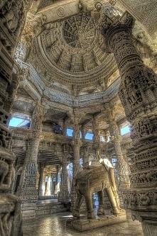 Wnętrze jakieś świątyni w I...