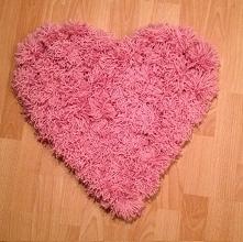 Witam serdecznie ;) Mam do sprzedania piękny, własnoręcznie robiony dywanik. Ma on wymiary 52 cm x 55cm. Milutki w dotyku, robiony z włóczki. Polecam serdecznie! Pięknie wygląda...