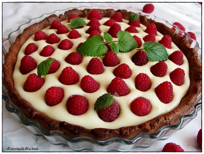 Tarta z mascarpone z malinami i białą czekoladą