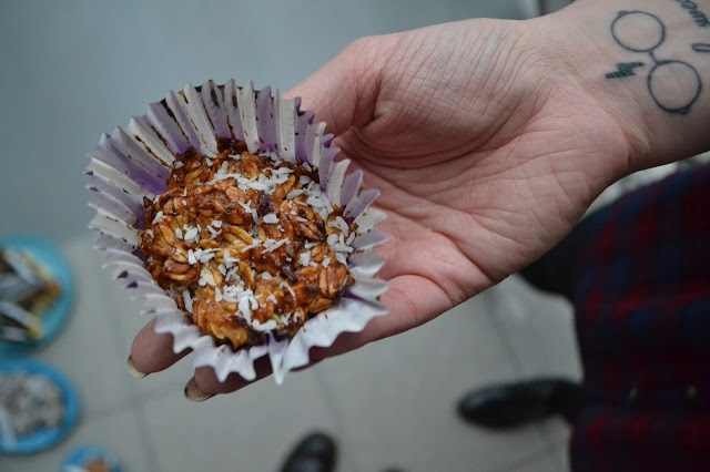 Dzisiaj na blogu przepis na szybkie muffiny z płatków owsianych z owocami ;) Są świetnym pomysłem na imprezę lub tak jak u mnie- na śniadanie bądź przekąskę do pracy.  Przepis po kliknięciu w zdjęcie ;)