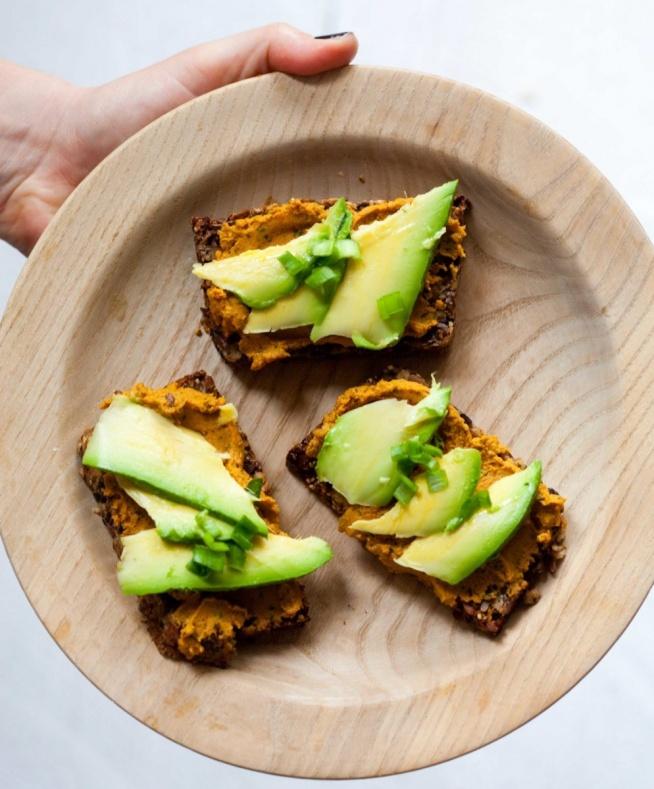 Kanapki z domowego chleba z pastą marchewkową i avocado