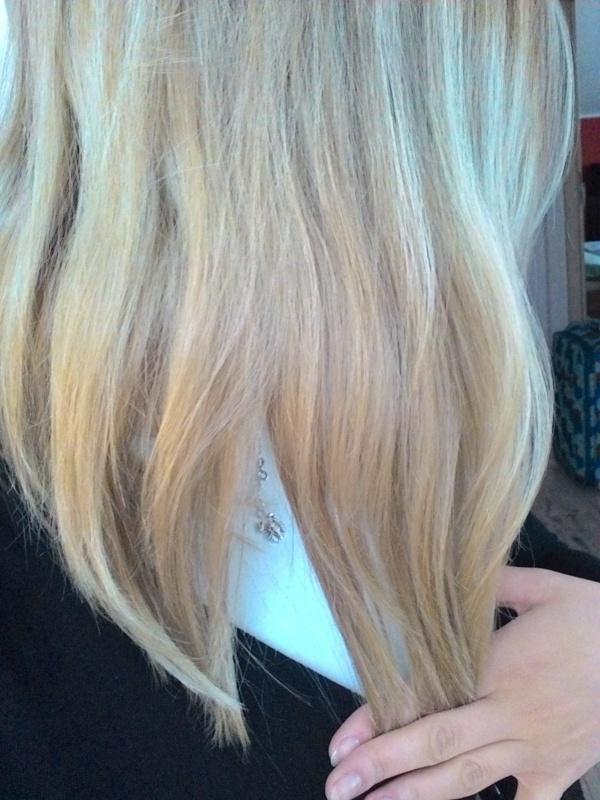 Czy fioletowy szampon (z Joanny) pomoże mi naprawić ten kolor? Chciałam chłodny odcień blondu, niestety nie chodziło mi o taki efekt jak na zdjęciu. Fryzjerka zrobiła pasemka tam, gdzie miałam odrost (na górze ciemne, a gdzieś od połowy miałam blond) i wszystko jest nierówne. Nie byłam u swojej fryzjerki (ona zawsze najpierw robi dekoloryzację i nigdy nie było problemu). Chciałabym uniknąć ponownego farbowania, macie jakieś rady?