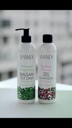"""Przez ostatnie tygodnie używałam kosmetyków naturalnych polskiej marki Vianek i muszę przyznać, że rozkochałam się w nich,ale nie była to miłość od pierwszego wejrzenia.Dlaczego? Bo przyzwyczajona do konwencjonalnych kosmetyków, które błyskawicznie się wchłaniają, nie miałam cierpliwości do balsamu do ciała i kremu do twarzy.Te błyskawicznie wchłanianie się w skórę związane jest z różnymi """"wspomagaczami"""" zawartymi w kosmetykach drogeryjnych, co w przypadku kosmetyków naturalnych nie ma miejsca, bo jedynym konserwantem jest witamina E. #skóra #pielegnacja"""