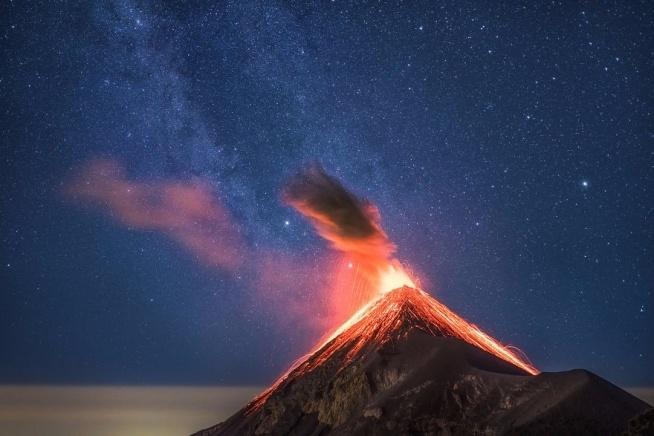Erupcja wulkanu na tle drogi mlecznej