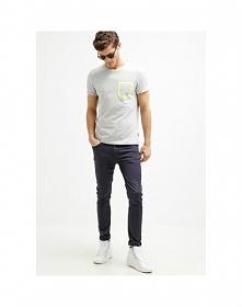 Jeansy męskie marki Kiomi to model typu skinny fit. Spodnie posiadają kieszen...