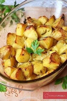 Ziemniaki pieczone z cebulką, czosnkiem, koperkiem oraz pietruszką to pomysł na świetny dodatek do tradycyjnego obiadu