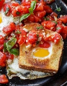 Jajka zapiekane w tostach z...