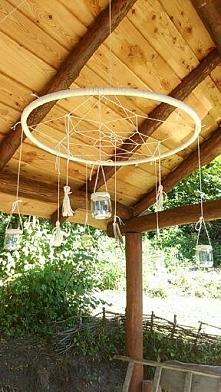 wykorzystanie starego hula hopu i słoiczków na świeczki = lampa al'a łapacz snów do altanki