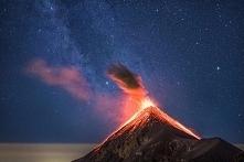 Erupcja wulkanu na tle drog...