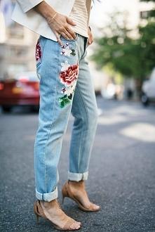 Jeansy z haftowanymi kwiata...