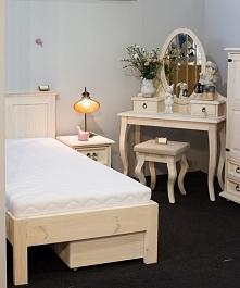bielone meble sosnowe do sypialni