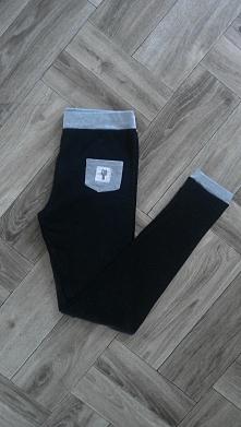 Czarne legginsy/getry z kieszonką i naszywką. Ściągacze w kontrastowym kolorze