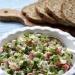 Kolorowa wiosenna sałatka ze świeżych warzyw i serka wiejskiego. Pomysł na szybkie dietetyczne śniadanie. Składniki: 200 g serka wiejskiego mały pęczek rzodkiewek pęczek szczypiorku mała cebula 1/2 ogórka zielonego kilka pomidorków koktajlowych sól, pierz, ulubione zioła  Rzodkiewki  i ogórka pokroić w grubszą kostkę, cebulkę w półplasterki, a pomidorki na ćwiartki.  Wszystkie warzywa wymieszać ze serkiem, doprawić do smaku solą, pieprzem i ziołami. Sałatkę posypać posiekanym szczypiorem.