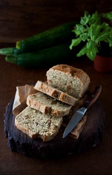 Słodki chlebek z cukinii z cynamonem Składniki (średnia keksówka 20x11 cm):  - 120 g jasnej mąki orkiszowej (ok. 1 szklanki) - 120 g mąki jaglanej (ok. 3/4 szklanki) - 500 g cukinii (cukinia musi być dokładnie odmierzona, nie powinno jej być więcej, gdyż wtedy masa będzie zbyt lejąca i ciasto może się nie udać) - 2 łyżeczki proszku do pieczenia - 3/4 szklanki cukru brzozowego (ksylitolu) 150 g - 60 ml rozpuszczonego oleju kokosowego lub zwykłego -  szczypta suszonej wanilii lub ziarenka z 1 laski wanilii - 2 łyżeczki cynamonu - 2 łyżki posiekanych orzechów laskowych - 2 łyżki rodzynek (można pominąć) - 1/2 łyżeczki startej skórki z ekologicznej pomarańczy - opcjonalnie: polewa z gorzkiej czekolady i świeże owoce, np. porzeczki  Przygotowanie:  Przesiewamy suche składniki do dużej miski i mieszamy. Rozpuszczamy olej kokosowy (jeśli takiego używamy). Nastawiamy piekarnik na 180°C.  Następnie do miski z suchymi składnikami ścieramy cukinię (na tarce na dużych oczkach), dokładnie ugniatamy i mieszamy masę ręką ok. 2 minut, aż cukinia puści wodę i masa zrobi się płynna. Dolewamy olej, mieszamy ponownie i przelewamy wszystko do formy wyłożonej papierem.  Pieczemy 60 minut, sprawdzamy patyczkiem ‒ gdy wychodzi czysty i suchy, wyjmujemy ciasto i dokładnie studzimy 2‒3 godziny przed krojeniem.