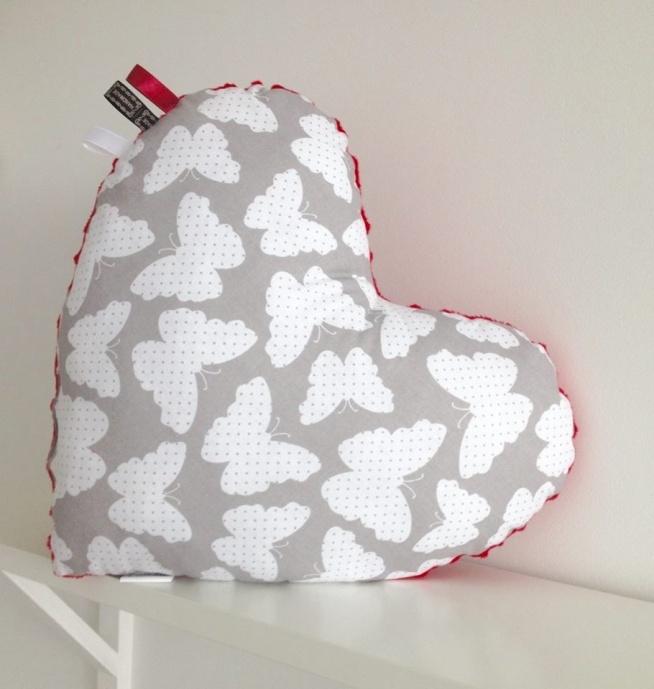 Oddam serce, w dobre ręce ;) Poduszka serce uszyta z bawełny w motylki, z drugiej strony czerwony minky. Wypełnienie antyalergiczne. FB/ PoszyjemyZobaczymy