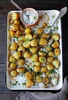 Pieczone ziemniaki z czosnkiem i sosem koperkowym. Składniki: 500 g drobnych młodych ziemniaków 4 ząbki czosnku chlust oliwy z oliwek sól morska, świeżo mielony pieprz pęczek ko...