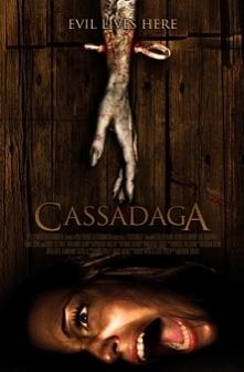 """""""Cassadaga"""" 2011rok. Głuchoniema dziewczyna przyjeżdża do Cassadagi i zamieszkuje w domu wcześniej zaginionej studentki. Dziewczyna podczas seansu spirytystycznego sta..."""