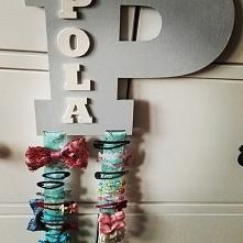 personalizowany wieszak na spinki i opaski :) Pola ma tylko 2 latka ... a spinek 50 ;)