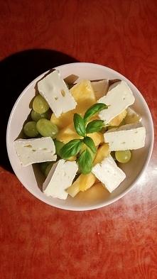 Winogrona, świeży ananas i ser pleśniowy. Pycha!