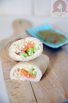 Sushi w zawinięte w papier ryżowy  Świetna alternatywa dla tych, których do sushi zniechęcają nori. Więcej na blogu 'przy kubku kawy'